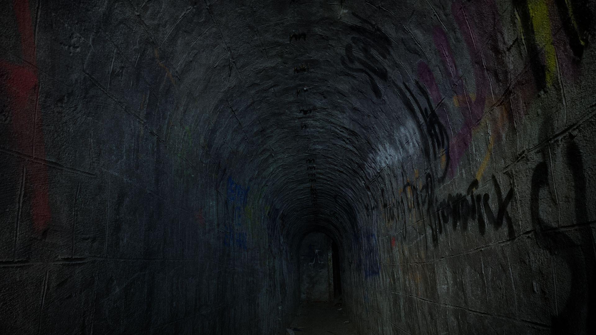 Коридорите са покрити с графити