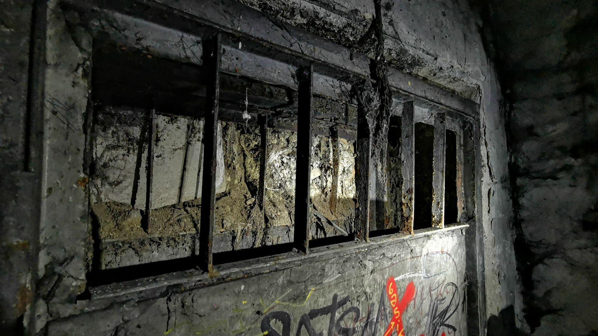 Един от графитите около зазидания изход
