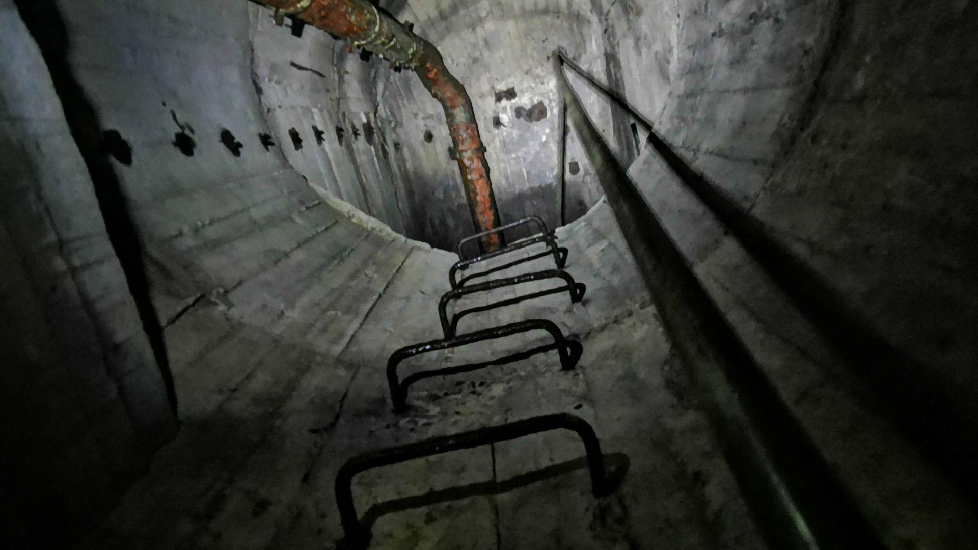 Стълбите отново са здрави, а горе мястото е тясно и заето единствено от водните резервоари