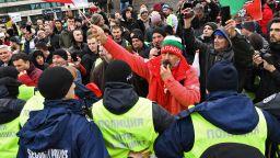 Ресторантьори и хотелиери блокираха движението пред парламента (снимки, видео)