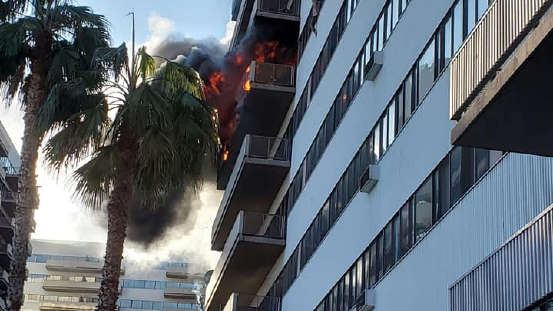 Огромен пожар е избухнал в 25-етажната жилищна сграда, в която