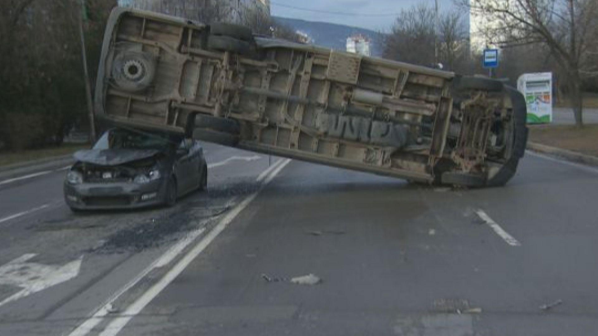 """Микробус затисна кола след катастрофа с такси в столичния кв. """"Младост"""" (снимки)"""