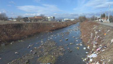 Врати и матраци в дерето на Владайска край битака. Кой пълни с боклуци реката?
