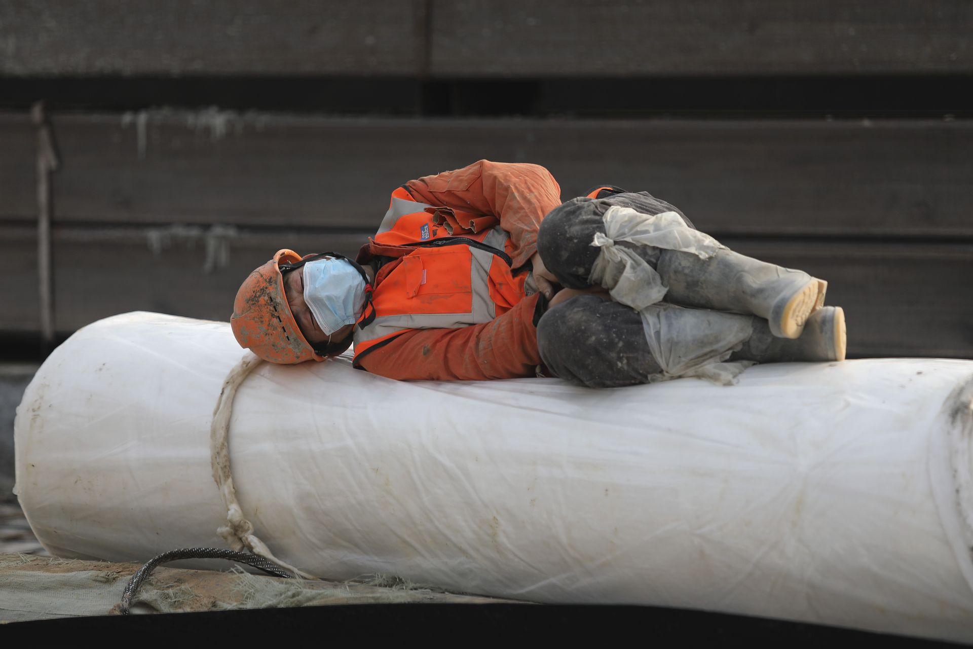 Работник спи в почивката си на строителната площадка