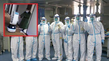 Роботи сервират храна на заразени с коронавируса в китайски хотел