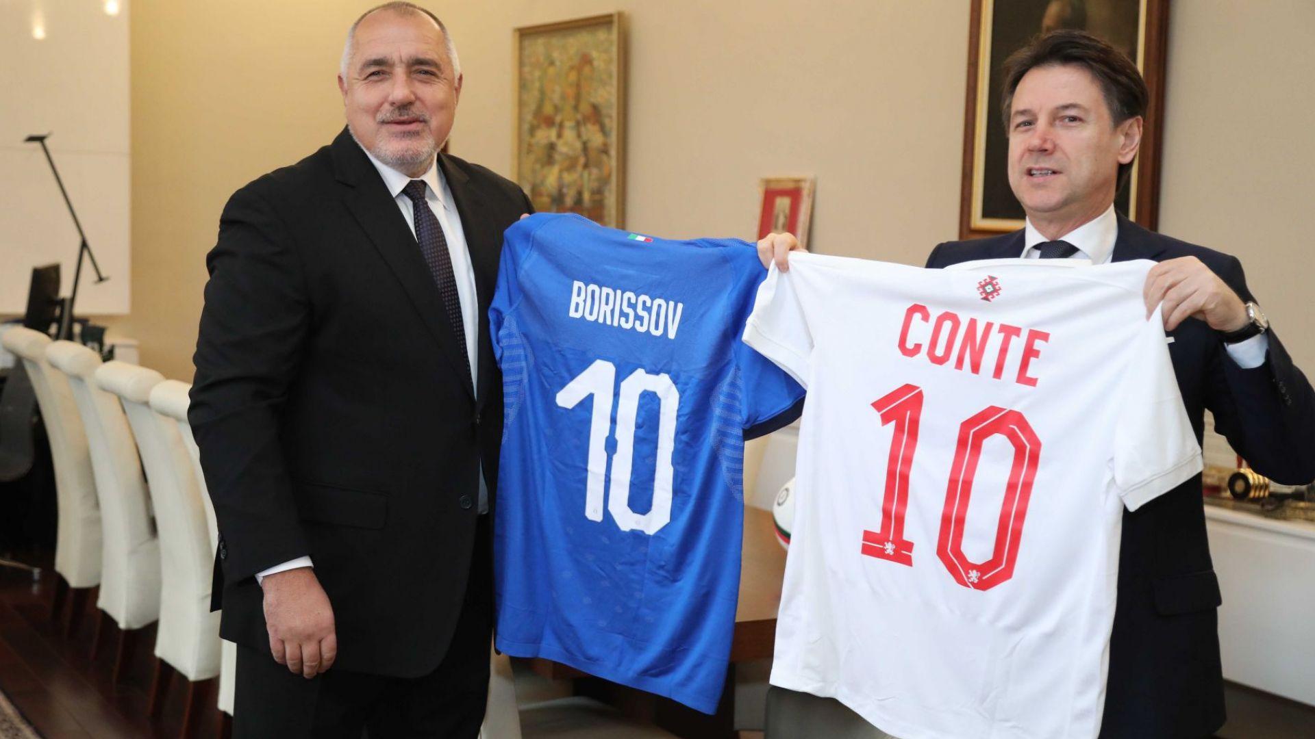 """Борисов и Конте се разбраха """"да смажат виновните"""" за боклука и си размениха футболни фланелки"""