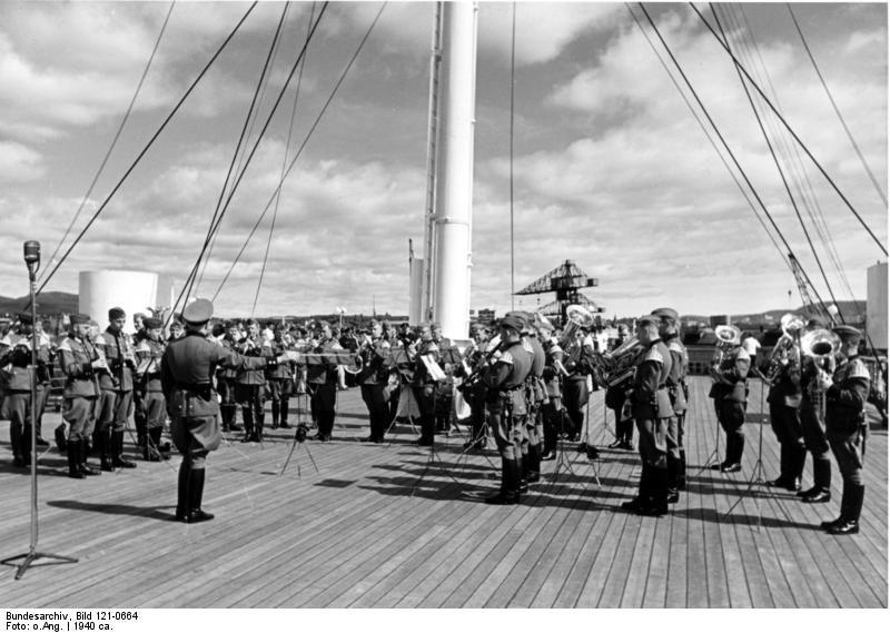 Норвежки оркестър изнася концерт на борда на кораба в чест на ранените войници, 1940 г.