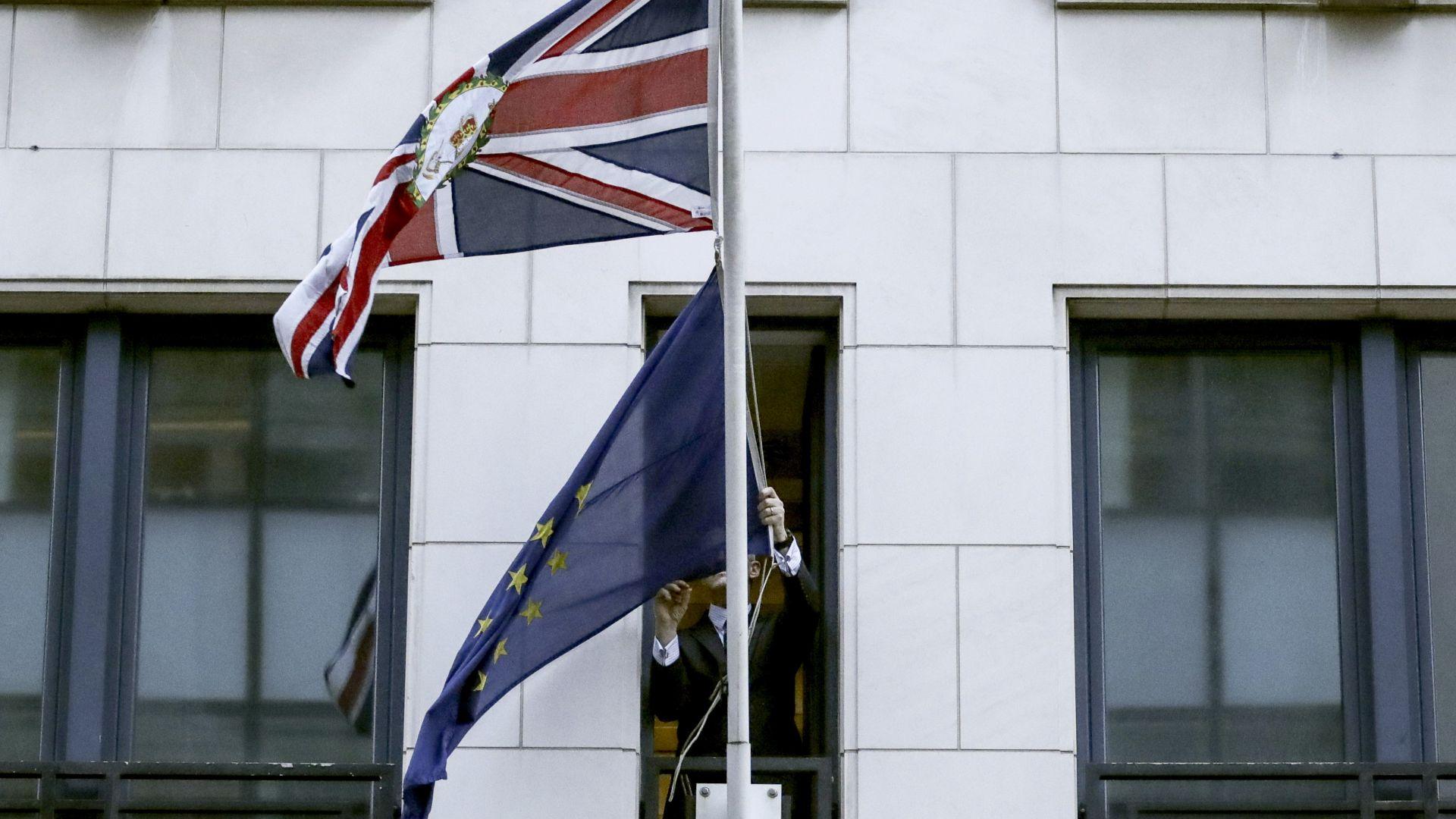 ЕС свали британското знаме от институциите си, Лондон отвърна реципрочно
