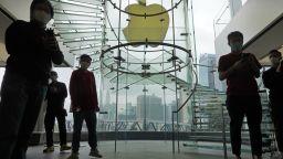 Apple отваря отново над половината си магазини в Китай