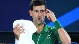 Джокович успява да играе тенис и у дома, но... с тиган (видео)