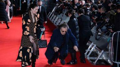 Ал Пачино падна на червения килим на наградите БАФТА (снимки)