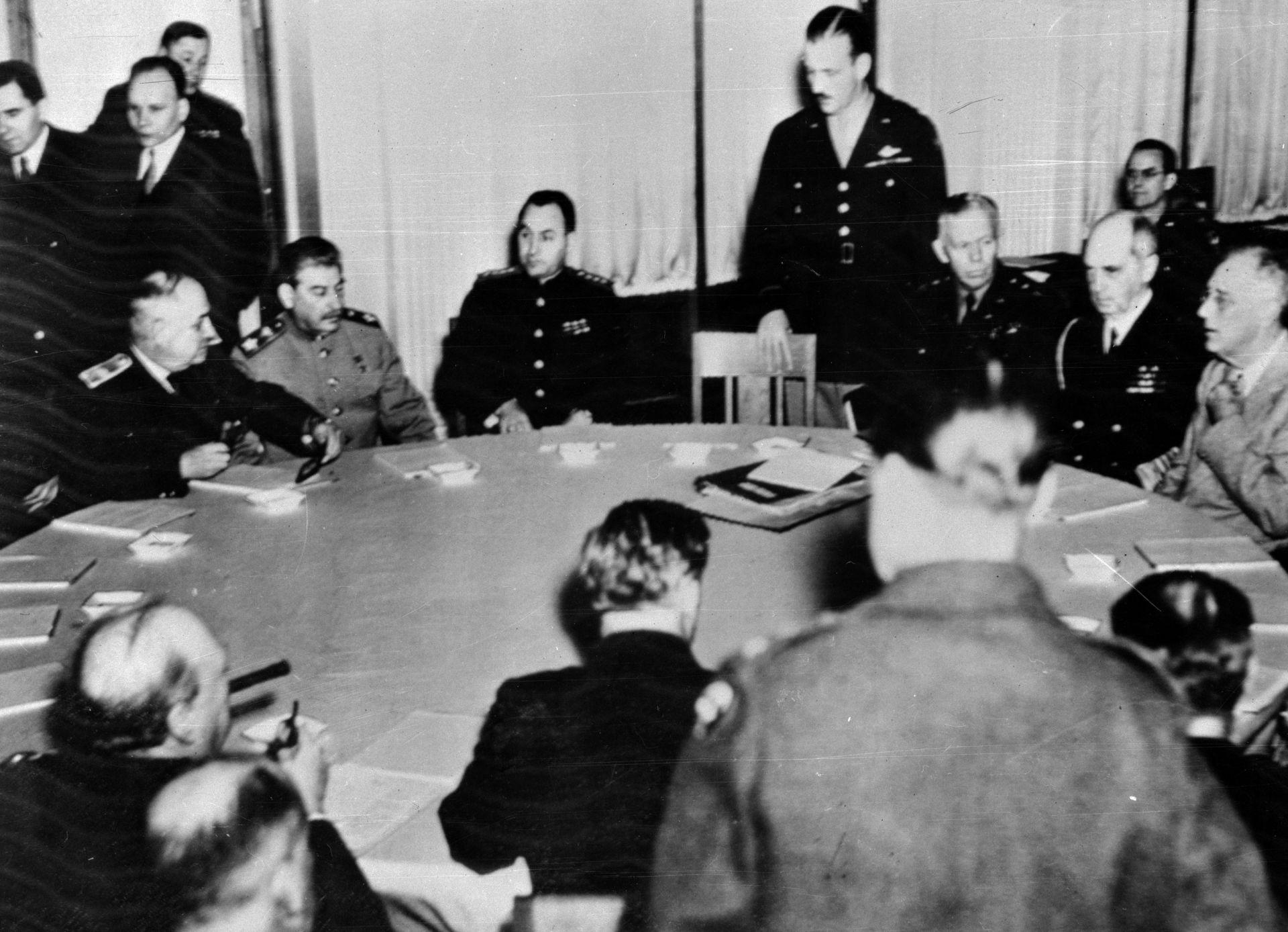 Американският президент Рузвелт (1882 - 1945), вдясно, с адмирал Уилям Д. Лехи и генерал Джордж К. Маршал на конференцията в Ялта през 1945 г.  Сталин, вляво от центъра на масата, и Чърчил, са с гръб към фотообектива