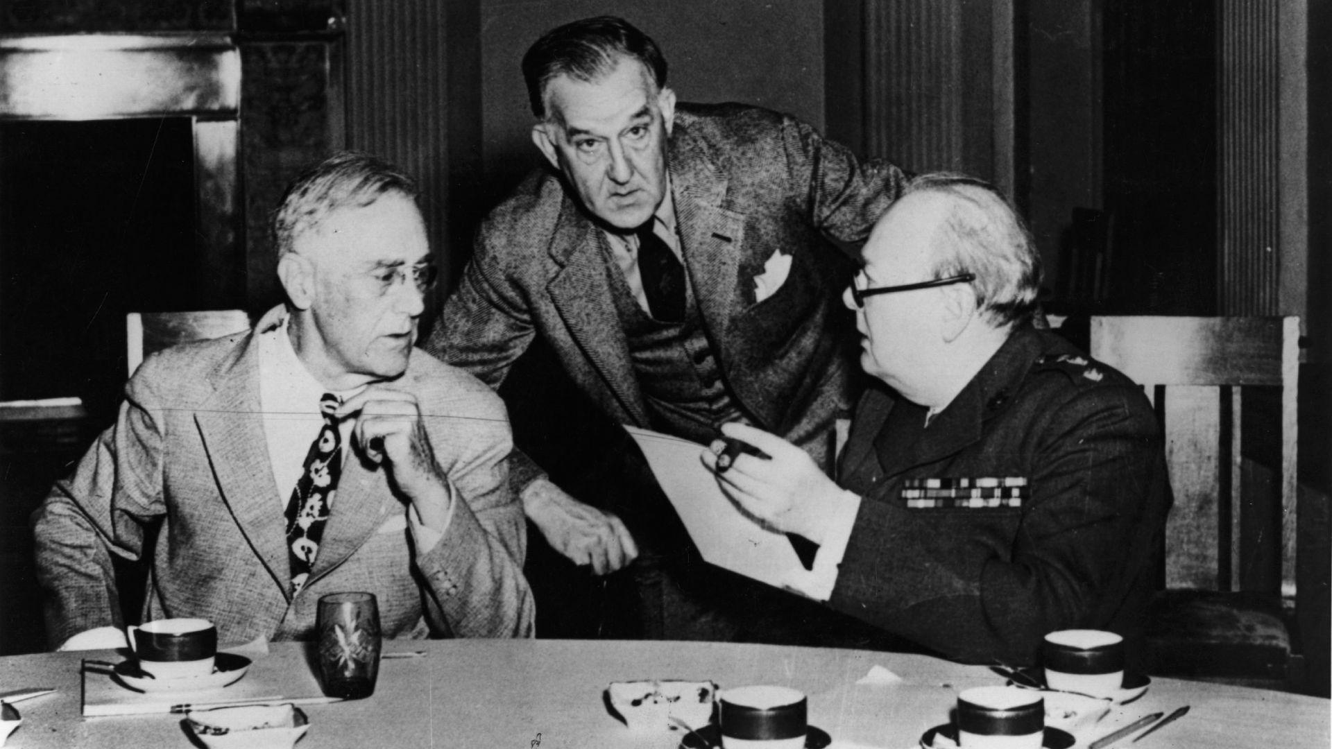 32-ият президент на САЩ Франклин Рузвелт (1882 - 1945, вляво) и британският премиер Уинстън Чърчил (1874 - 1965, вдясно), на конференцията в Ялта през 1945 г. 32-ият президент на САЩ Франклин Рузвелт (1882 - 1945, вляво) и британският премиер Уинстън Чърчил (1874 - 1965, вдясно), на конференцията в Ялта през 1945 г.