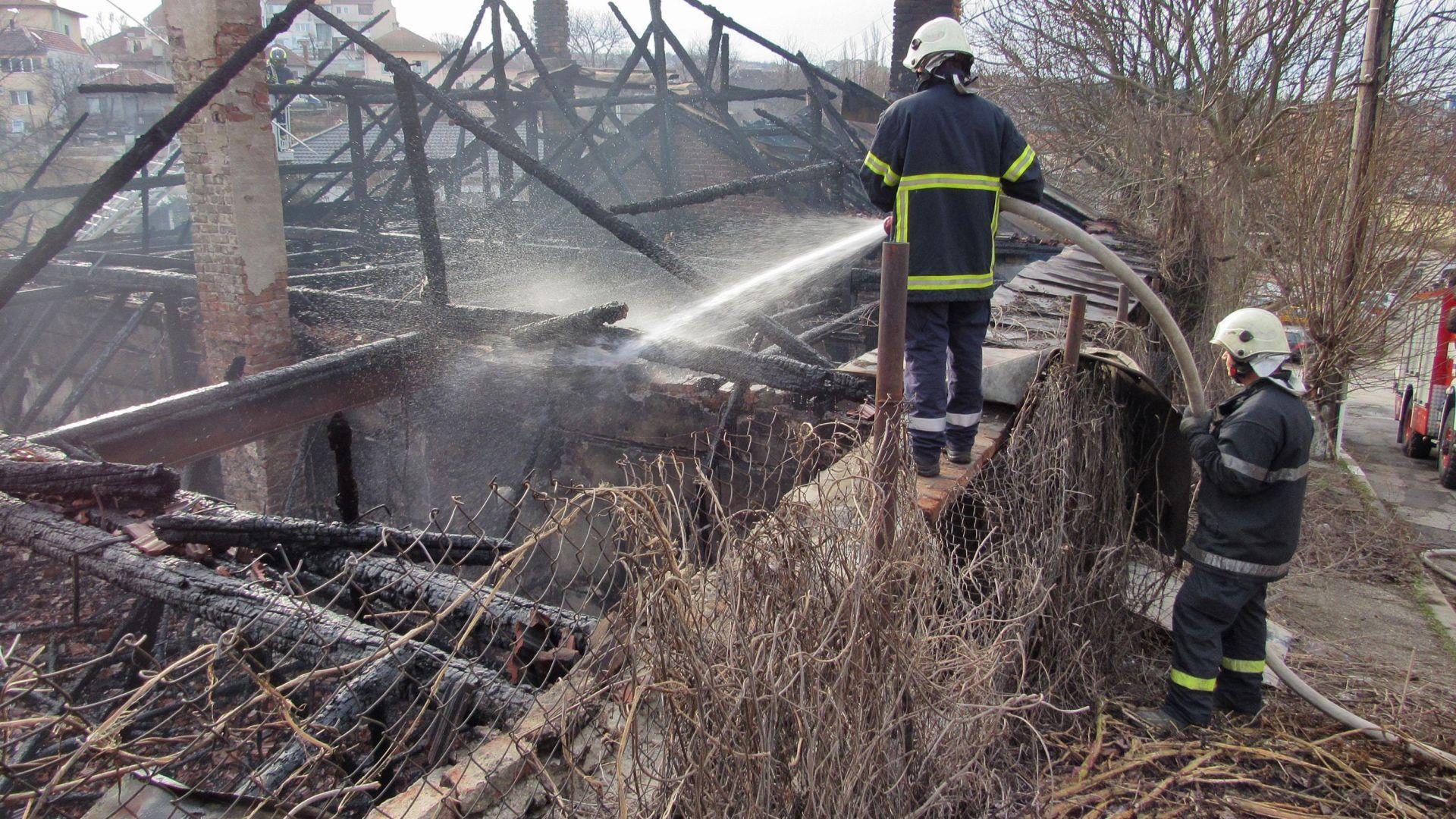 Къща изгоря до основи при пожар тази нощ в Русе.