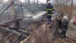 Горящ покрив рухна и уби спящи съпрузи в Хасковско