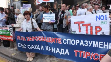 Противници на СЕТА протестират пред парламента