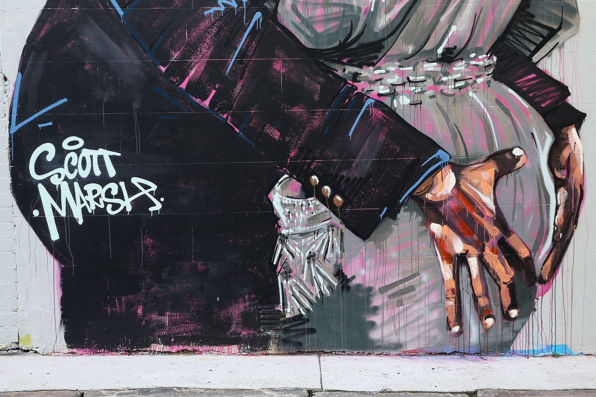 """Скот Марш е един от най-язвителните и безстрашни артисти-активисти от движението """"Брандализъм"""""""