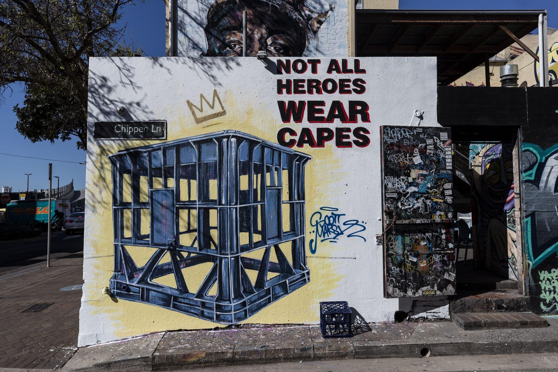 """""""Не всички герои носят щайки"""" - графит на Марш във връзка с психично болен, наръгал две жени и задържан от минувачите с щайга."""