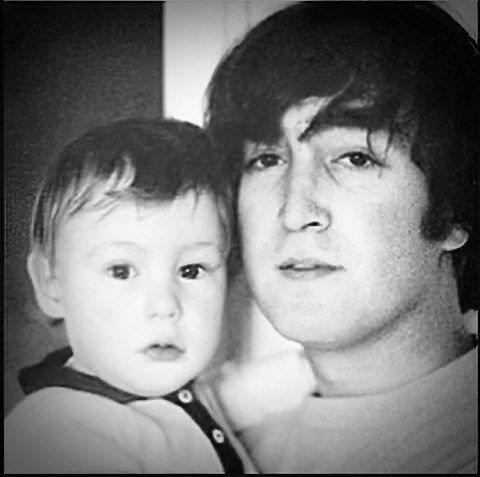 Джон Ленън със сина си Джулиън