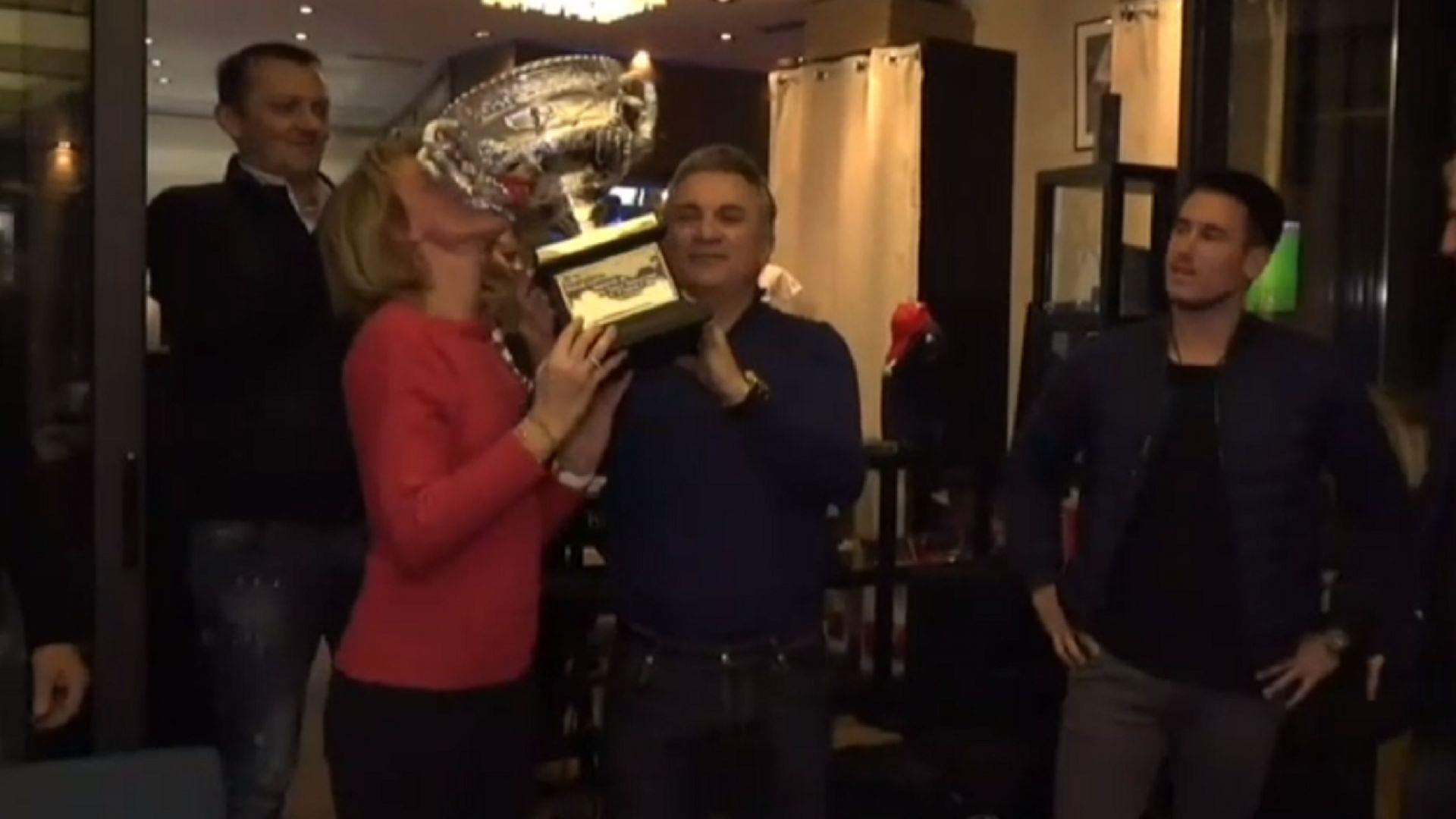 Гордата майка на Джокович през сълзи показа трофея в Сърбия
