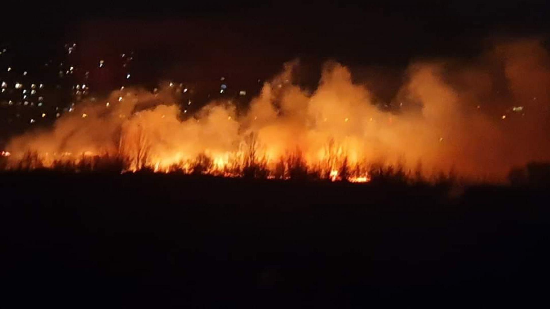 Голям пожар бушува в столичен квартал (видео+снимки)