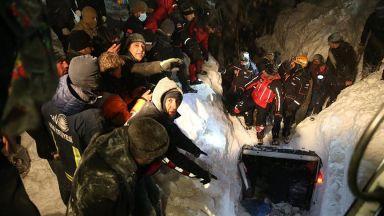Лавина падна върху микробус в Източна Турция,  поне петима са загинали (видео)