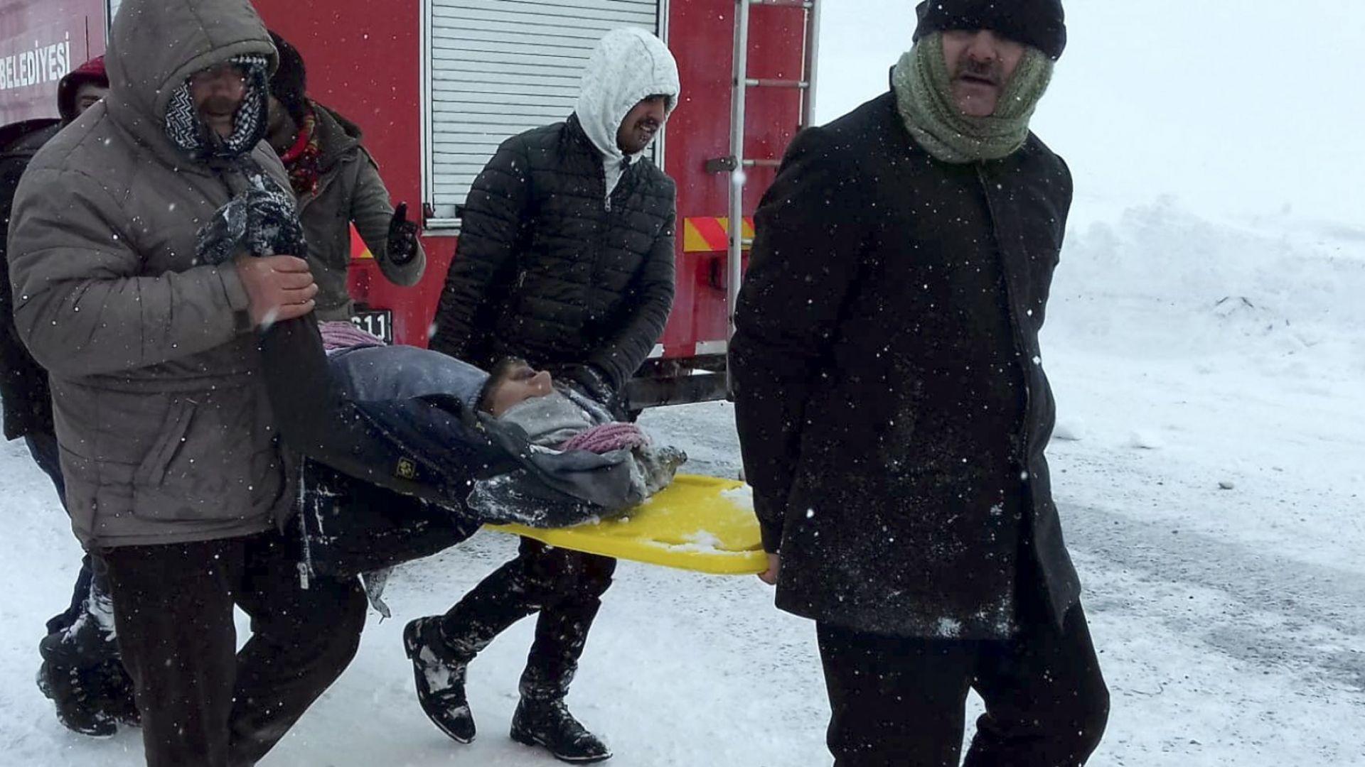 Втора лавина затрупа десетки спасители на магистрала в Турция (снимки и видео)