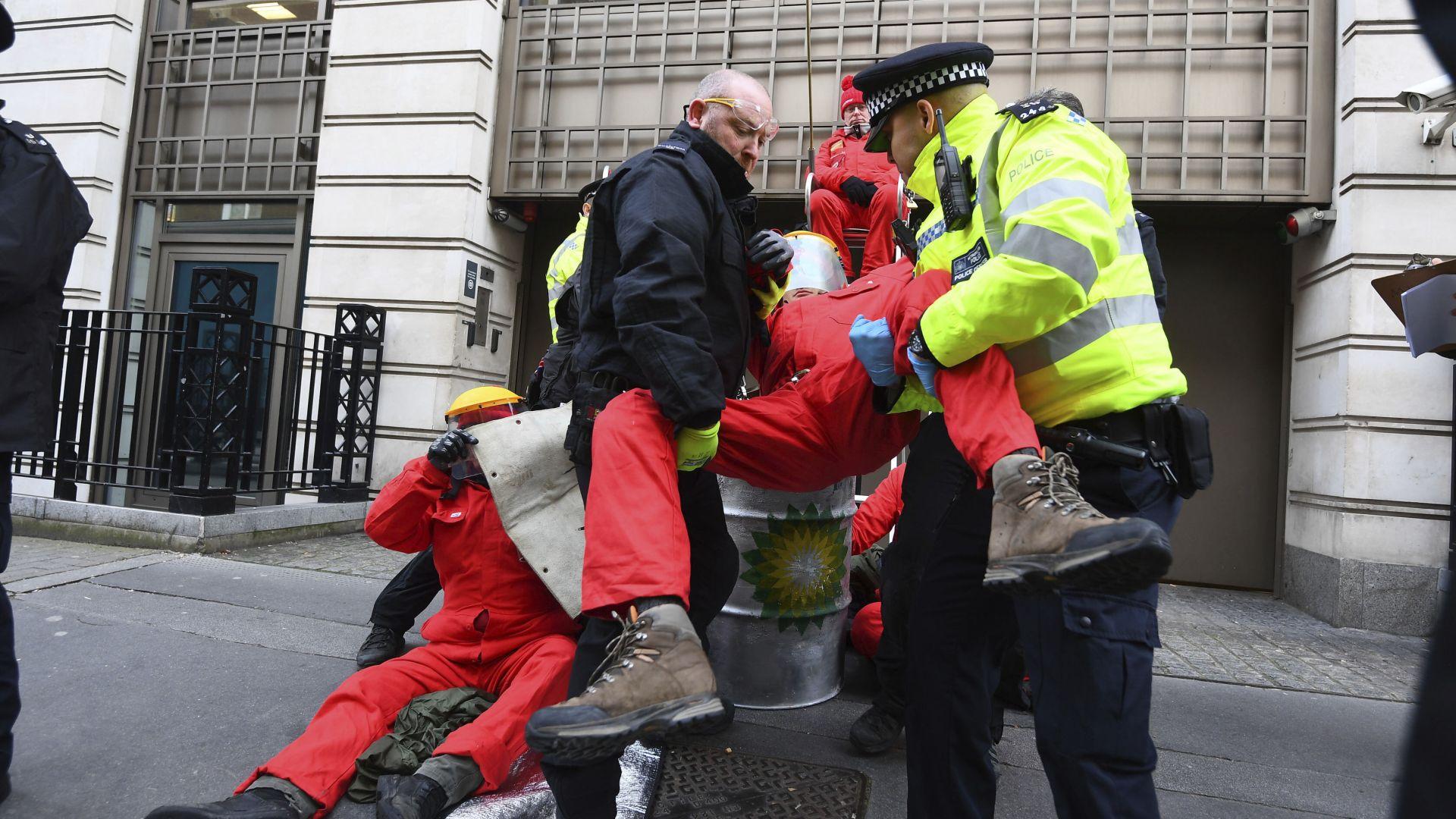 Би Пи временно затвори централата си в Лондон заради протест на екоактивисти