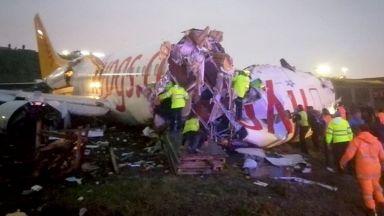 Самолет излезе от пистата и се разцепи на три на летището в Истанбул (видео)