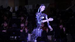 Робот дирижира човешки оркестър