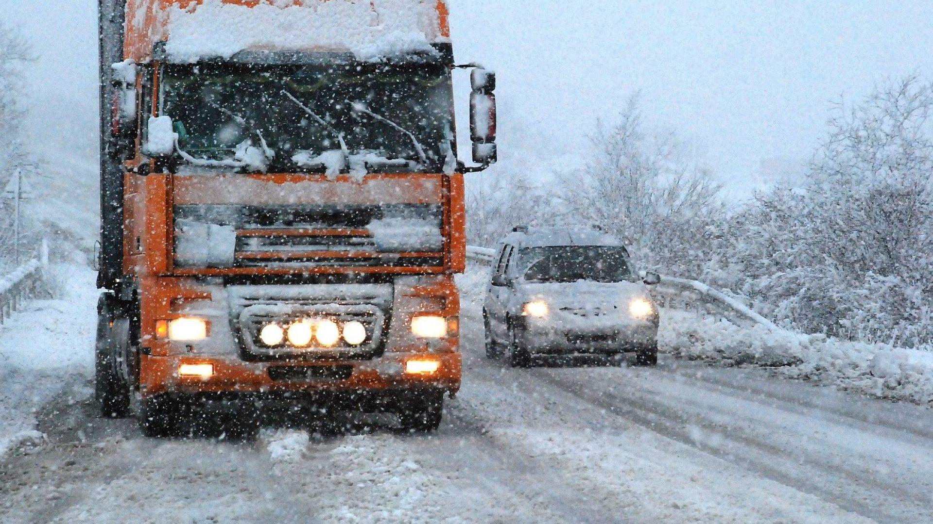 """Над 20 см сняг натрупа в Русе, камион закъса на ГКПП """"Дунав мост"""""""