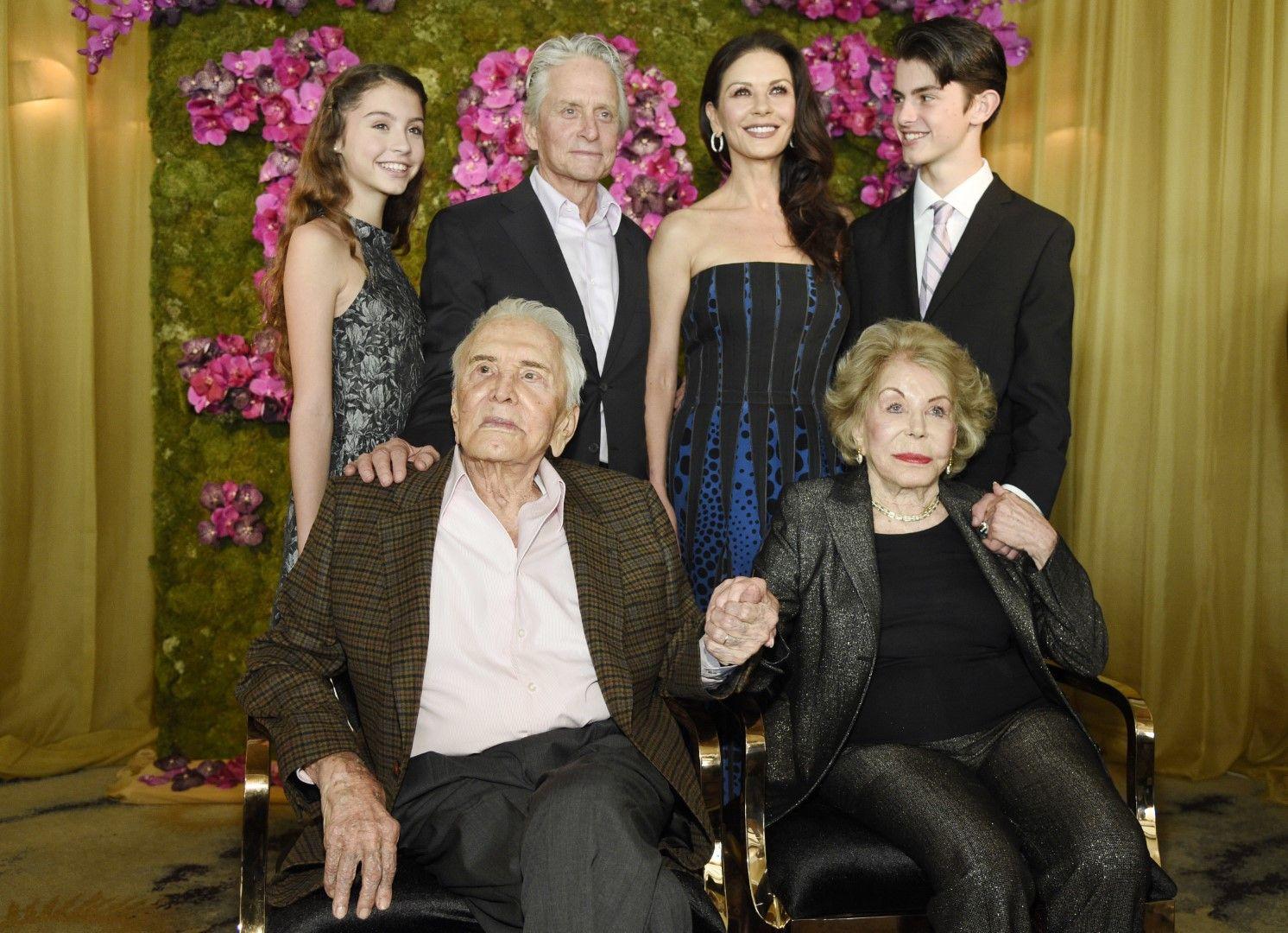 Кърк Дъглас със семейството си: Майкъл Дъглас, Катрин Зита Джоунс, Ан Дъглас, Кери Зита Дъглас и Дилан Дъглас - 9 декември 2016 г.