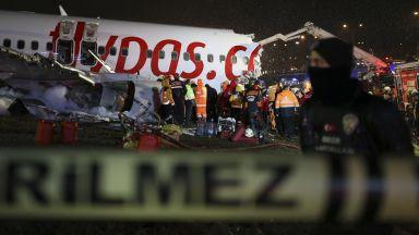 Турският самолет паднал от 30 метра преди да се разцепи на три: има загинали