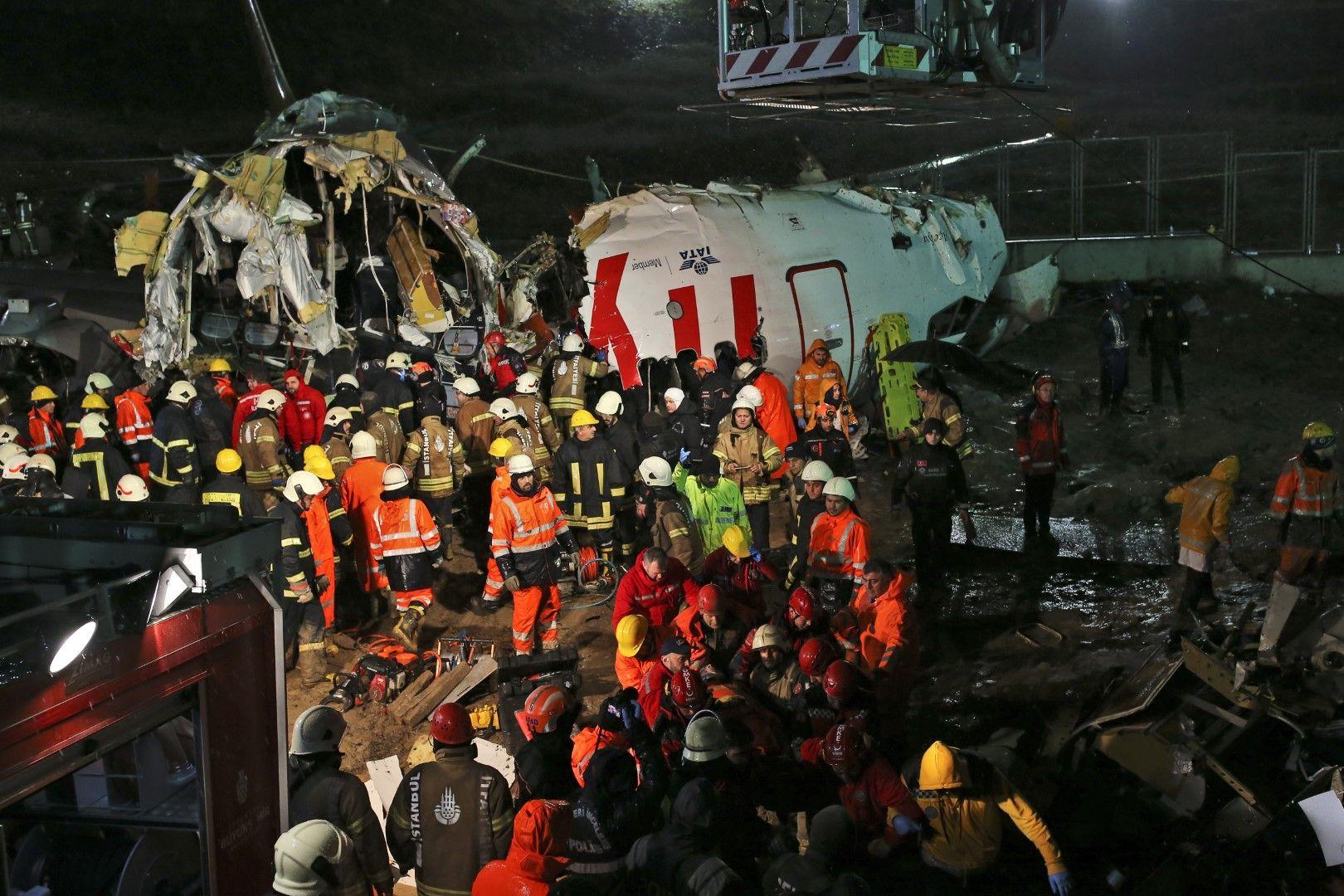 Стотици спасители и много медицински екипи се озоваха на мястото на катастрофата