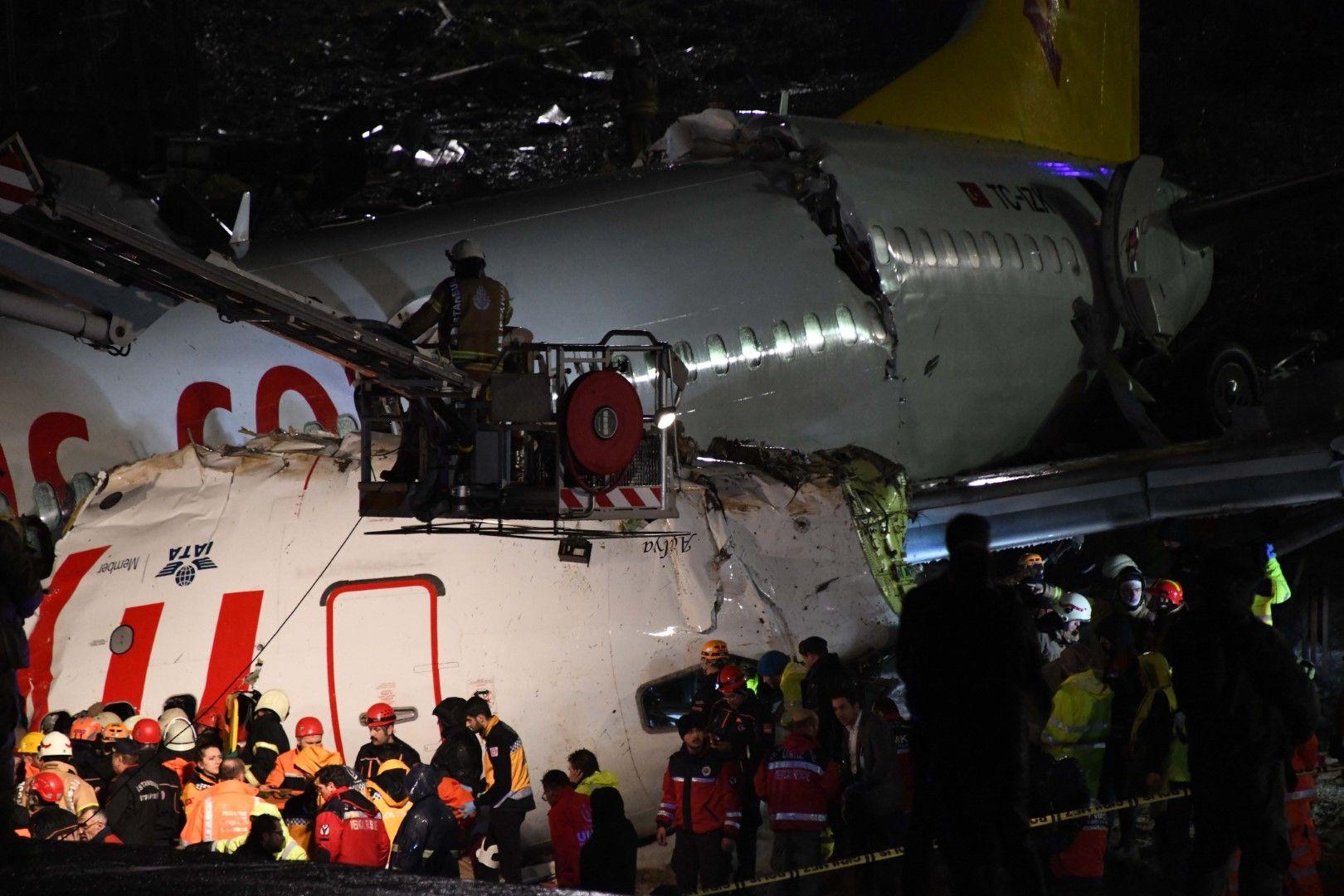 След зрелищната катастрофа има поне 3 загинали, но цяло чудо е, че самолетът не се е запалил