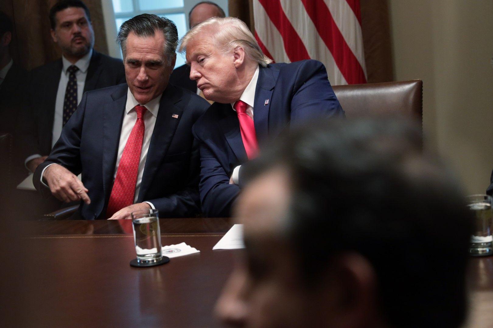 Доналд Тръмп изслушва Мит Ромни по време на дискусия за въздействието на електронните цигари върху младите, провела се на 19 ноември 2019 г. в Белия дом