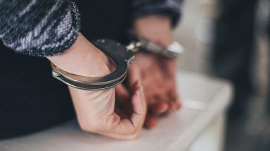 Задържаха 16-годишно момче, блудствало с 8-годишно момиче