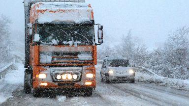 Силен снеговалеж спря движението в Троянския проход