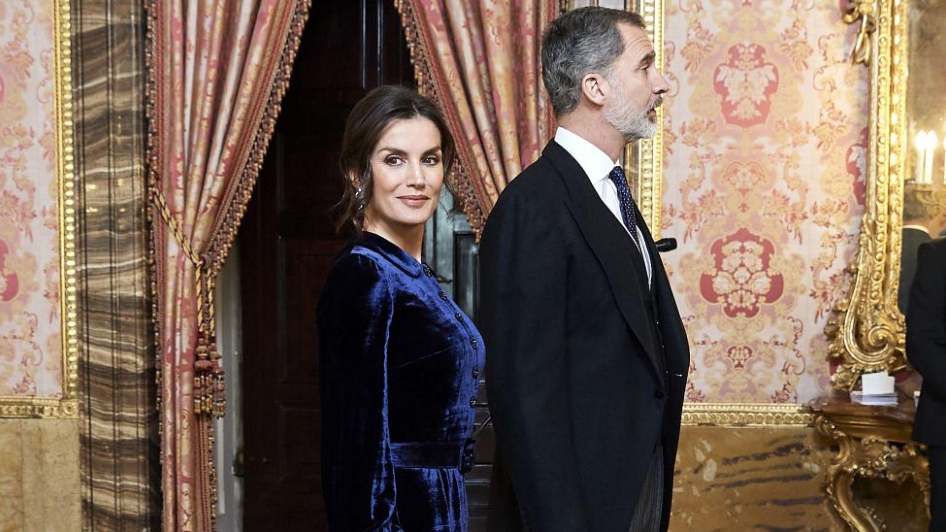 Кралица Летисия очарова с рокля от синьо кадифе