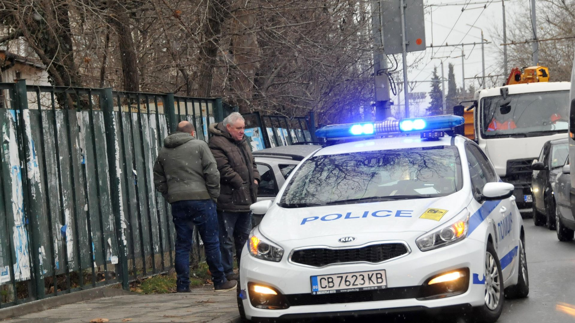 Кола се заби в крайпътна ограда на булевард (снимки)