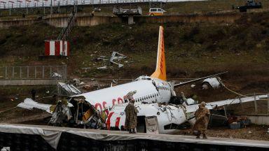 Турските власти започнаха разследване срещу двамата пилоти за самолета, разцепил се на три