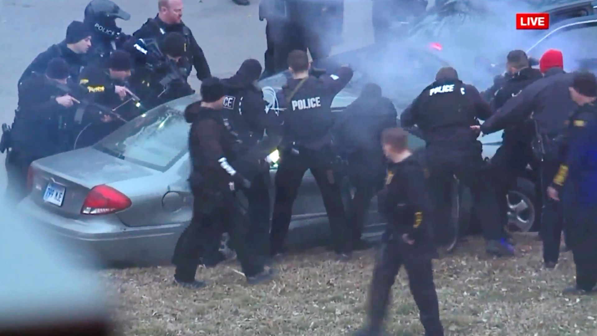 Полицейско преследване, арести и паднал от дърво на шампионски парад в САЩ (видео)