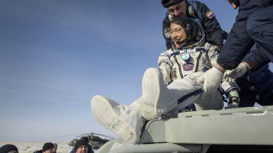 На Земята се завърна жената била най-дълго време в космоса