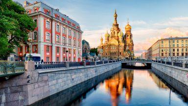 На черква, кино или бар в нощен Петербург