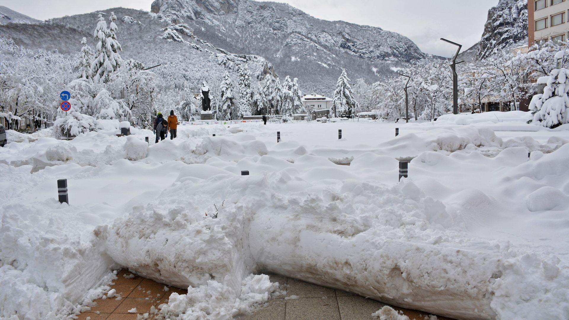 Туристи са блокирани заради снега в Родопите, идва леден уикенд