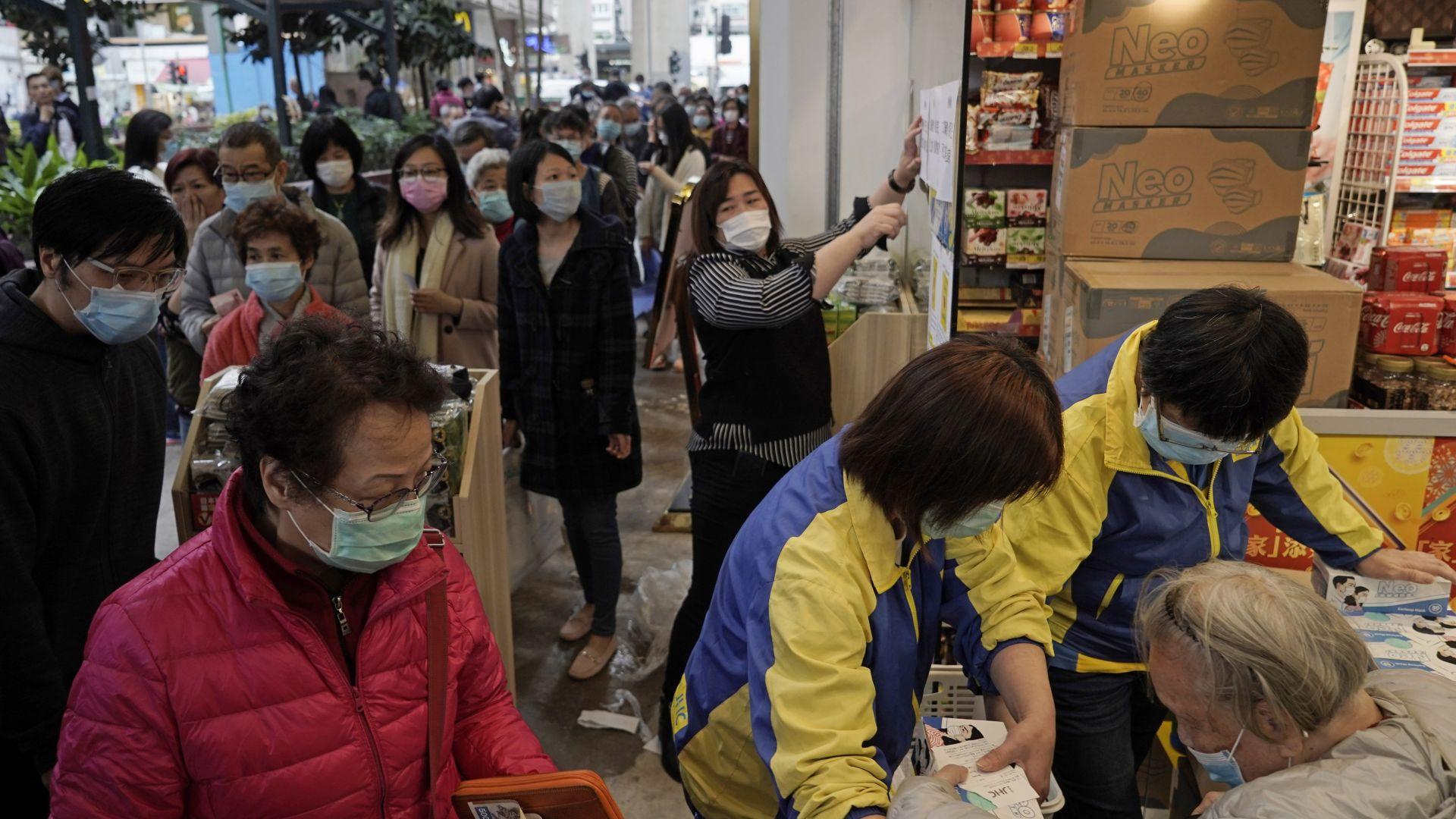 Жителите на Хонконг се запасяват с тоалетна хартия и храни