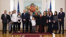 """Президентът награди с почетен знак ръководителя на фолклорен ансамбъл """"Българе"""""""