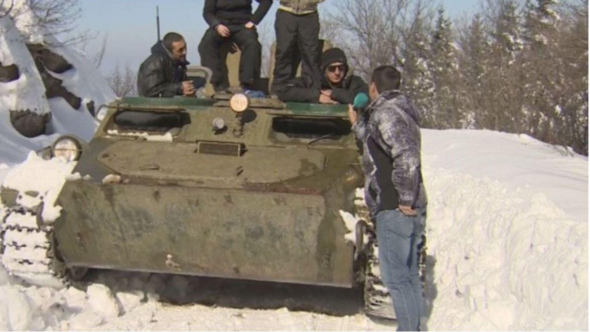 Цивилни с бойна машина спасиха семействата с деца от преспите на Върховръх