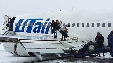 """Пътнически """"Боинг-737"""" счупи колесник и кацна """"по корем"""" в Коми (видео)"""