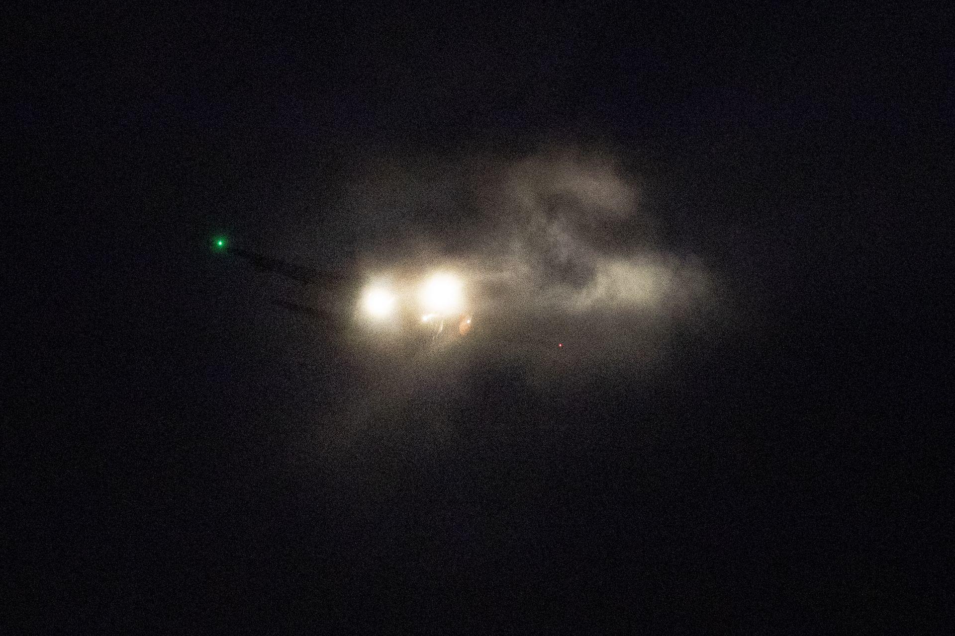 Самолет си пробива път през облаците, когато се приближава до летище Шипхол в Амстердам, Нидерландия